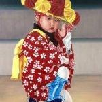 Japanse kleuter in traditioneel danskostuum Japan