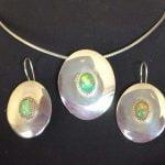 Zilveren oorhangers en hanger met opalen